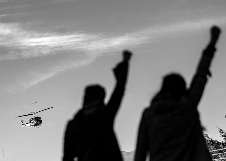 JUAN PABLO BARRIENTOS. Bariloche, Río Negro. 28 de Febrero 2018. Facundo Jones Huala, esposado y en helicóptero, es trasladado al Gimnasio Municipal N° 3 para su segundo juicio de extradición