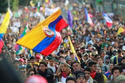 Manifestantes marchan en una huelga nacional para protestar contra las políticas del gobierno por una céntrica calle de Bogotá, Colombia, 27 de noviembre, 2019. REUTERS/Carlos Jasso