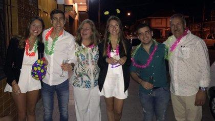 Pilar junto sus padres y sus hermanos