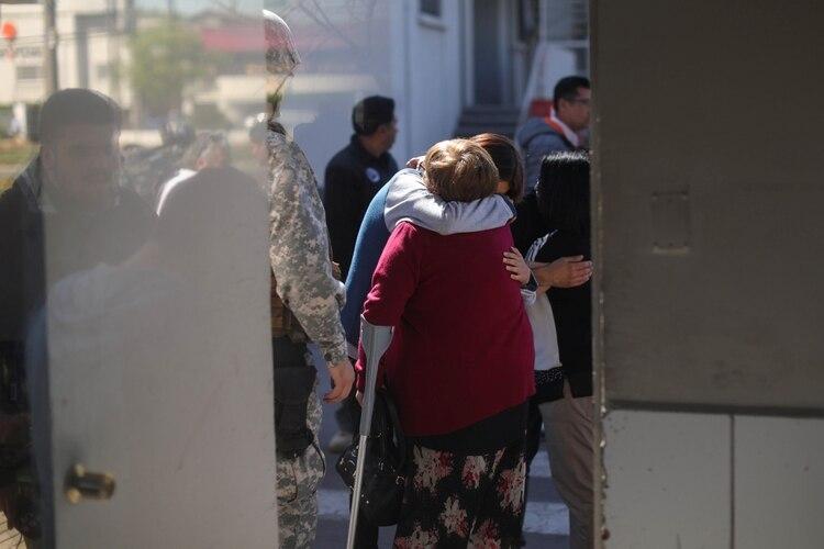 Familiares en la base Los Cerrillos en Santiago (Reuters/ Pablo Sanhueza)