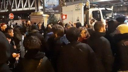 """Varias decenas de personas se concentraron delante del teatro de las Bouffes du Nord, en el noreste de la ciudad, e intentaron penetrar en el interior durante la representación de """"la Mouche"""""""
