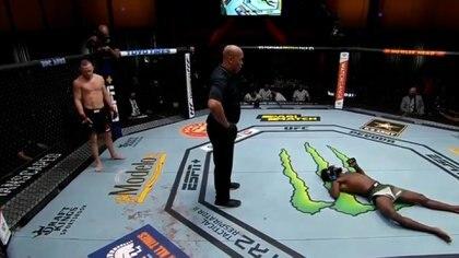 El rodillazo criminal de un luchador por el que fue descalificado y  despojado del cinturón de UFC - Infobae
