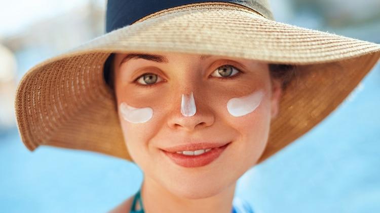 Las manchas en la piel pueden ser por varias causas: herencia, hormonales o por el sol (Shutterstock)