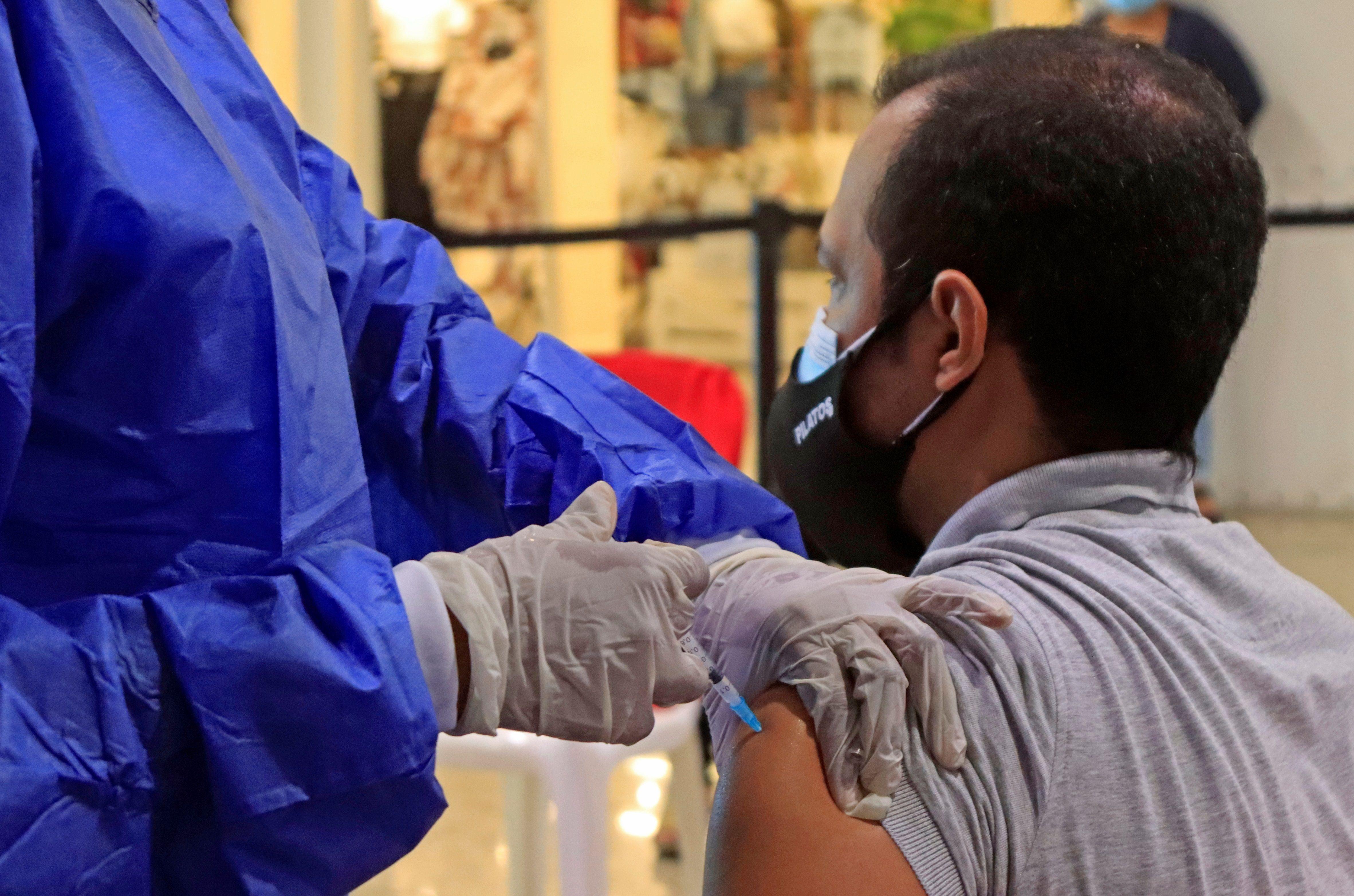 Una enfermera inyecta una dosis de una vacuna contra la covid-19 el 4 de junio de 2021 en uno de los centros comerciales adecuados para la vacunación masiva en Cartagena de Indias (Colombia). Foto: EFE/RICARDO MALDONADO ROZO