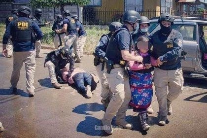Momento en el que la policía civil chilena detiene a la madre del comunero asesinado en 2018, Camilo Catrillanca