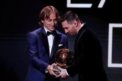 Luka Modric, ganador en 2018, le entregó el trofeo a Messi