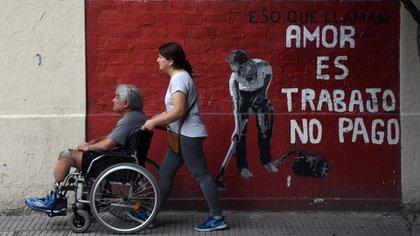 """Una pintada en Constitución lleva la frase de la antropóloga feminista italiana Silvia Federici. """"Eso que llaman amor es trabajo no pago"""" (Nicolás Stulberg)"""