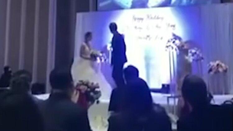 El novio invitó a su pareja al escenario para ver el video