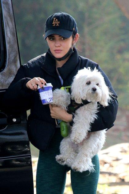 Lucy Hale compró un café en la exclusiva tienda Bluestone Lane, California. Luego se encontró con un amigo, con quien compartió una caminata mientras paseaba a su perro Elvis
