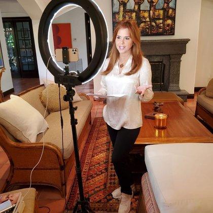 María Celeste acondicionó la sala de televisión como un estudio doméstico (Foto: Instagram @MaríaCelesteArrarás)