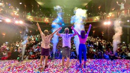 Pasan los meses y la escena se repite: los actores saludando al final de la función a sala llena