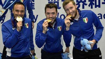 Matteo Tagliarol, en el centro, con sus compañeros de equipo tras ganar la medalla de oro en espada en los Juegos Militares Mundiales de Wuhan (Instagram Matteo Tagliarol/mattoman)