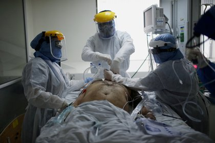 Doctors and nurses treat a patient suffering from the coronavirus disease (COVID-19) in the Intensive Care Unit (ICU) of the El Tunal hospital, in Bogota, Colombia June 12, 2020. Picture taken June 12, 2020. REUTERS/Luisa Gonzalez
