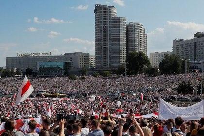 Gente participa en una protesta contra los resultados de las elecciones presidenciales que exigen la renuncia del presidente bielorruso Alexander Lukashenko y la liberación de los presos políticos, en Minsk, Bielorrusia. 16 de agosto de 2020. REUTERS/Vasily Fedosenko