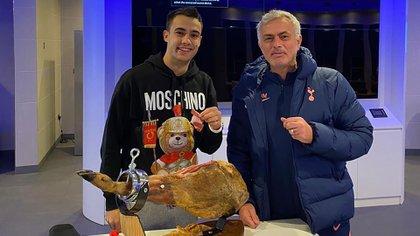 Jose Mourinho y Reguilon con la pata de jamón que el DT le regaló al defensor en noviembre pasado (IG: @josemourinho)