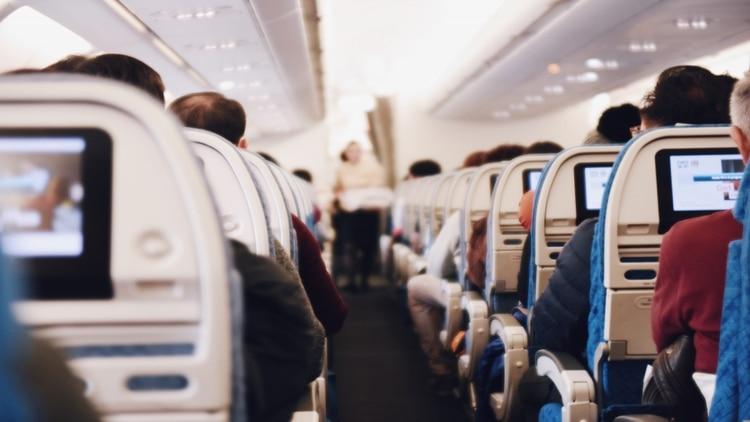 El trabajo de los asistentes de vuelo se ve alterado por el comportamiento de varios pasajeros (Shutterstock)