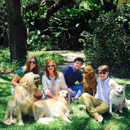 María Celeste Arrarás con sus hijos y las mascotas de la familia (Foto: Instagram @MaríaCelesteArraras)