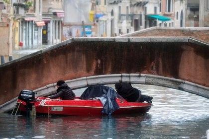 El nivel del agua creció tanto que resulta difícil atravesar los puentes en barco (Reuters)