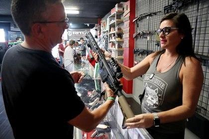 Un hombre observa un fusil en una tienda de armas en Florida (Europa Press)
