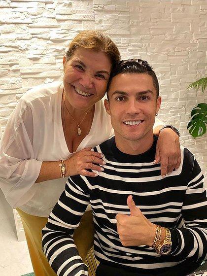 """La madre de Cristiano Ronaldo contó cuál es su """"permitido"""" (IG: @cristiano)"""