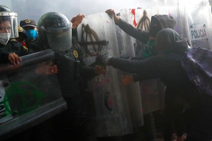 Durante la marcha se suscitaron diversos enfrentamientos entre feministas y policías  (Foto: Reuters/Carlos Jasso)