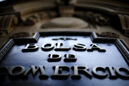 Imagen de archivo del logo de la Bolsa de Comercio de Santiago en su edificio en el centro de la ciudad, Chile, el 1 de septiembre de 2015. REUTERS/Ivan Alvarado