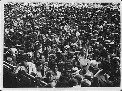 Velorio de Carlos Gardel en el Luna Park. Una multitud acompañó los restos del cantor desde que llegó al Puerto de Buenos Aires, hasta su velorio en ese estadio y hasta su entierro en la Chacarita.