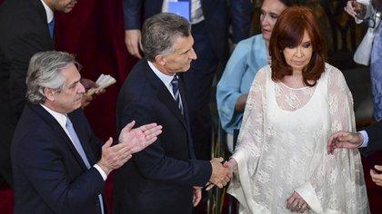 El saludo entre Mauricio Macri y Cristina Kirchner durante la ceremonia en la Asamblea Legislativa