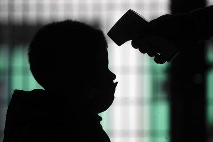 En la Argentina, más de 262.000 niñas, niños y adolescentes se han infectado con coronavirus. Hubo 180 menores fallecidos hasta el momento por COVID-19 según el último informe de la cartera de Salud (AP /Natacha Pisarenko)