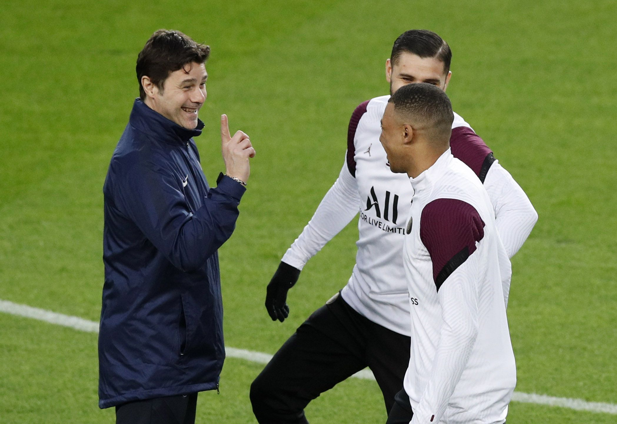 En la práctica del lunes, Pochettino parece indicarle a Mbappe que solo había ganado un partido en el Camp Nou como entrenador (Reuters)