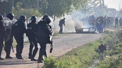 Un grupo no identificado ataca a la policía con piedras (fotos: Adrián Escandar)
