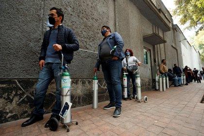 MEX3344. CIUDAD DE MÉXICO (MÉXICO), 13/01/2021.- Personas realizan una en un comerciopara comprar oxígeno para los enfermos de la COVID-19, hoy en Ciudad de México (México). La Ciudad de México se enfrenta al momento más crudo de la pandemia de covid-19 a casi un año de su comienzo con los hospitales saturados, largas colas para abastecerse de oxígeno, un sistema de transporte público colapsado y la hostelería al borde de la quiebra. EFE/José Méndez