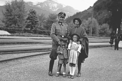 Otto y Lotta Wächter en sus felices años nazis, con sus hijos menores