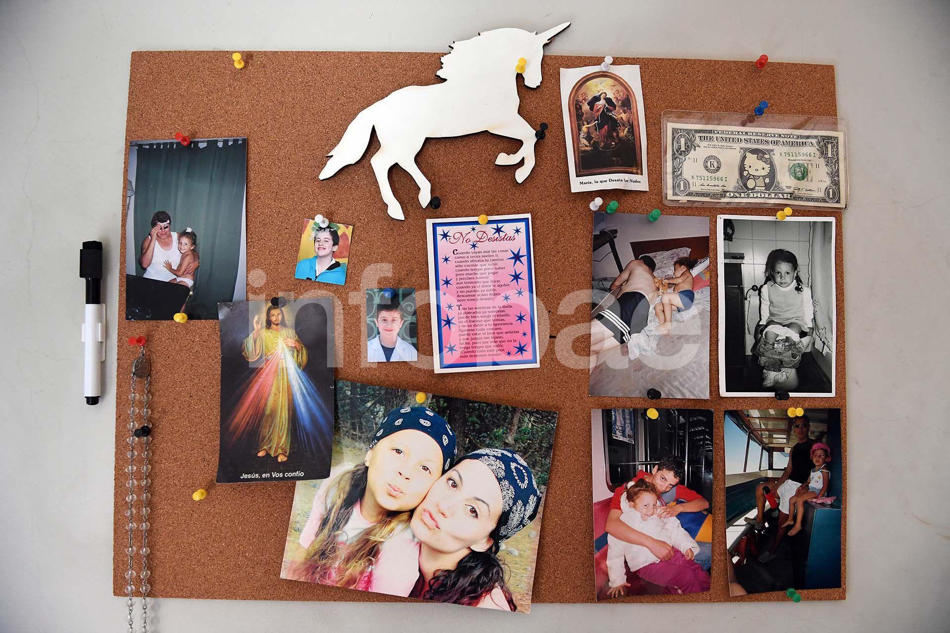 El corcho de la habitación de Natacha. Hay fotos de ella con sus hijos en todo el hogar