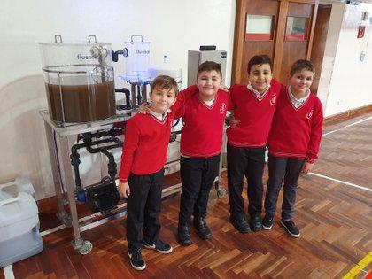 Lucas y sus amigos Benjamín Cueto, Facundo Barrio Gentili y Nicolás Giles presentaron un proyecto en la feria de ciencias de su escuela sobre océanos contaminados y la importancia del reuso de esas aguas