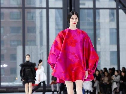Siluetas lánguidas y oversized, así fue el bellísimo desfile que encandiló a la ciudad de Nueva York con la nueva colección de Carolina Herrera. Colores vibrantes y neutros estuvieron presente en la pasarela neoyorquina