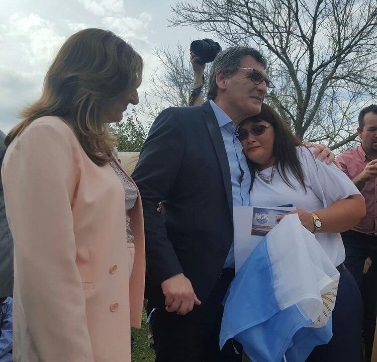 La emoción de los hermanos del caído durante el acto en Arroyo Pontón, junto al secretario de Derecho Humanos Claudio Avruj