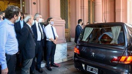 El presidente Alberto Fernández y el jefe de gabinete, Santiago Cafiero, despiden a Diego Maradona (Presidencia)
