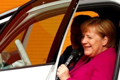 Angela Merkel en un coche de exhibición