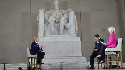 Trump respondió las preguntas de los ciudadanos en un estudio montado junto a la impresionante estatua de Abraham Lincoln
