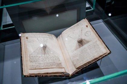 Los cuadernos de dibujo de Leonardo Da Vinci también forman parte de la muestra que se extendrá hasta 24 de febrero de 2020 ((EFE/EPA/CHRISTOPHE PETIT TESSON)