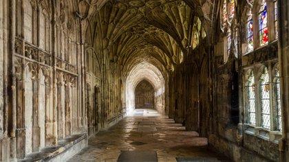 """Los claustros de la Catedral de Gloucester aparecen en las dos primeras películas en varias escenas de Hogwarts (como la llegada de los primeros años a la Sala Común de Gryffindor por primera vez y el descubrimiento de la """"Cámara de los Secretos"""" y brevemente en la sexta película"""