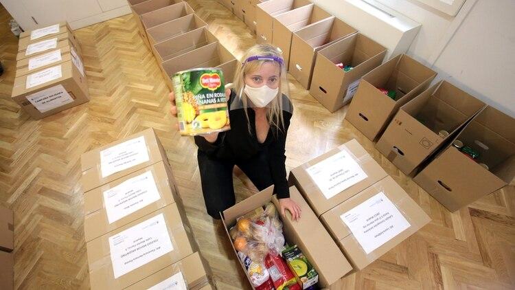 Las cajas contienen galletitas, jugos, agua, enlatados, salsa de tomate, dulce de leche, yerba y alfajores, entre otros productos (Facundo Perchevsky)