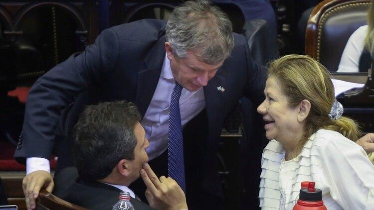 El presidente de la Cámara de Diputados, Sergio Massa, junto a su antecesor Emilio Monzó y la diputada Graciela Camaño