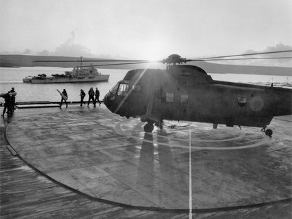 El SS Canberra en la bahía San Carlos con el helicóptero Westland Sea King HC.4 en la cubierta (Imperial War Museums)