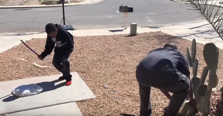 El hombre da un tubo a Tracy y le ordenó golpear la consola (Foto: captura de pantalla)