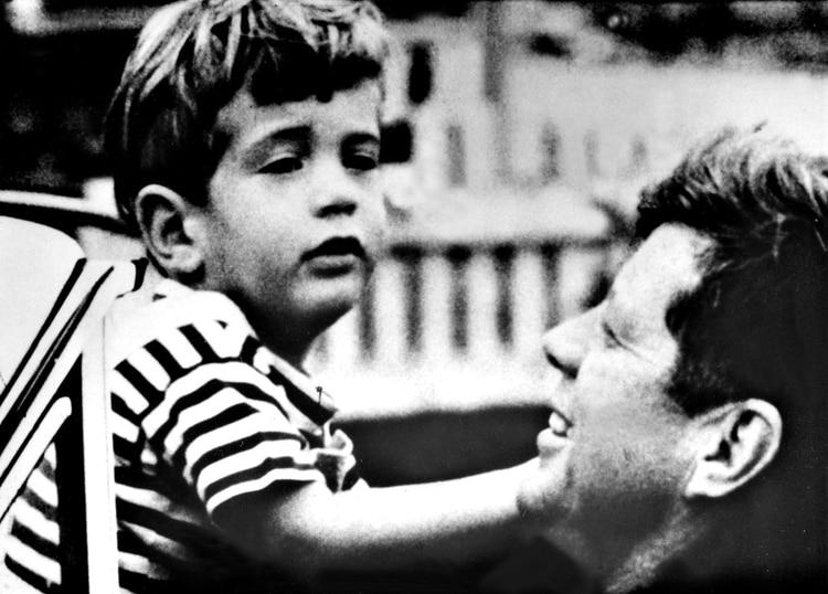 John F. Kennedy Jr con su padre, John F. Kennedy en 1963 (Everett/Shutterstock)