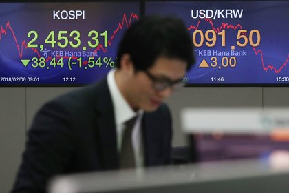 Pantallas muestran la evolución del índice kospi en el banco KEB Hana Bank en Seúl (Corea del Sur). EFE/ Yonhap/Archivo