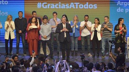 Alberto Fernández, Cristina Kirchner, Axel Kicillof, Sergio Massa y otros candidatos del Frente de Todos festejaron el triunfo (Foto: Gustavo Gavotti)