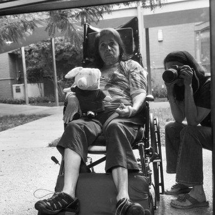 La fotógrafa Hannah Kozak, en un autorretrato con su madre, Rachel Zarco (He Threw The Last Punch Too Hard / FotoEvidence)